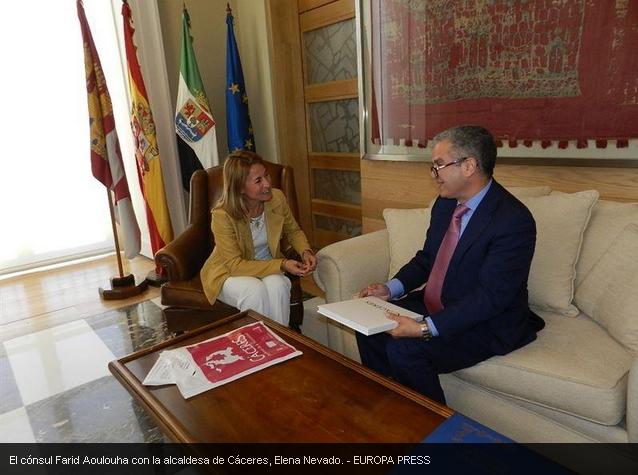 Farid-Aoulouha-con-la-alcaldesa-de-Cáceres-Elena-Nevado